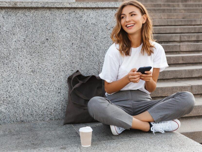 coltivare nuove passioni, ragazza con smartphone