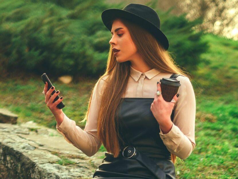 Ragazza con smartphone nella natura