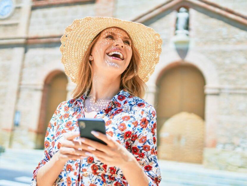 Donna felice con smartphone in mano