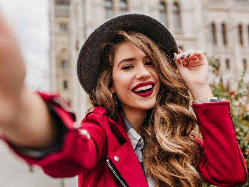 ragazza sorridente con cappello