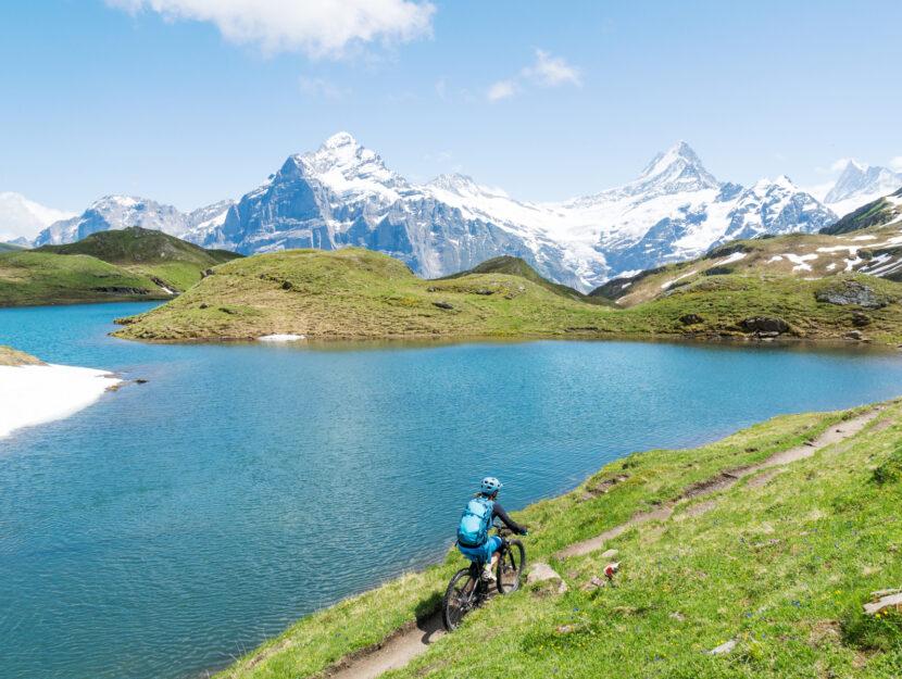 donna mountain biking Grindelwald lago