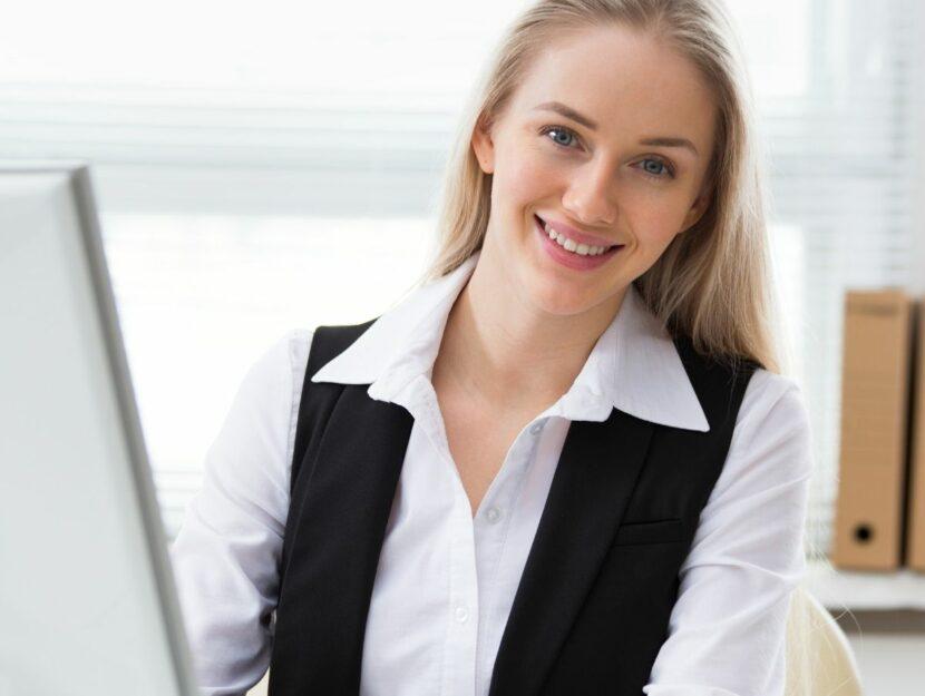 Donna lavora in ufficio