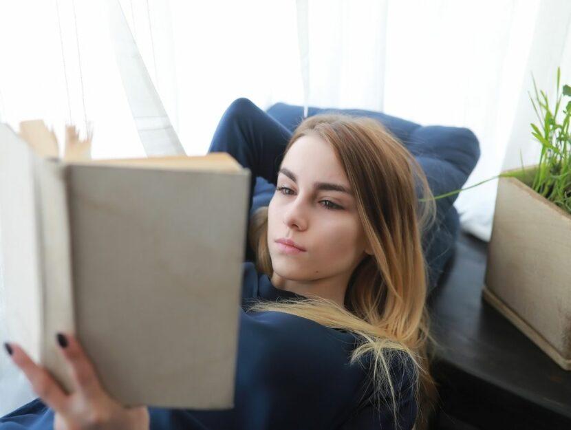 Donna legge libro struggente