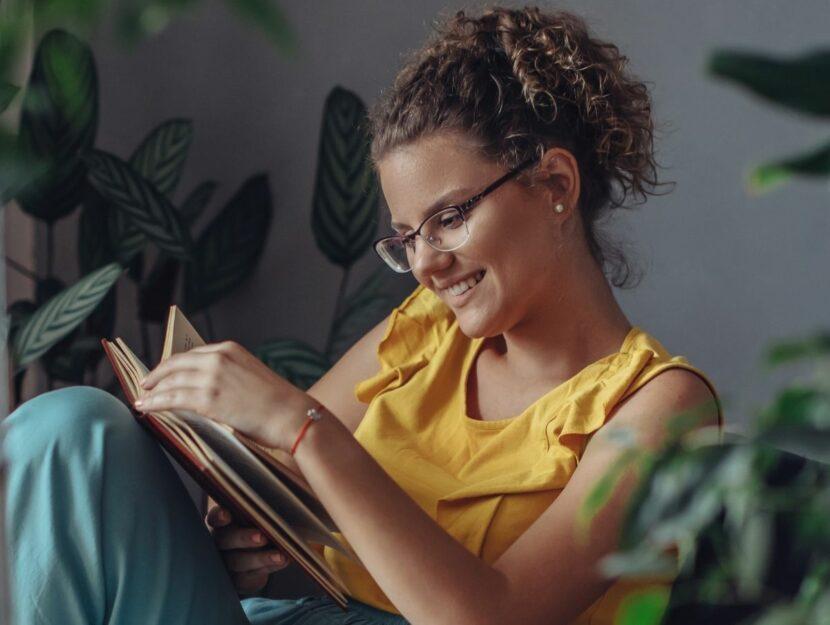 Donna legge un romanzo