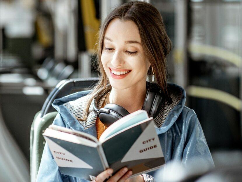 donna legge un libro divertente
