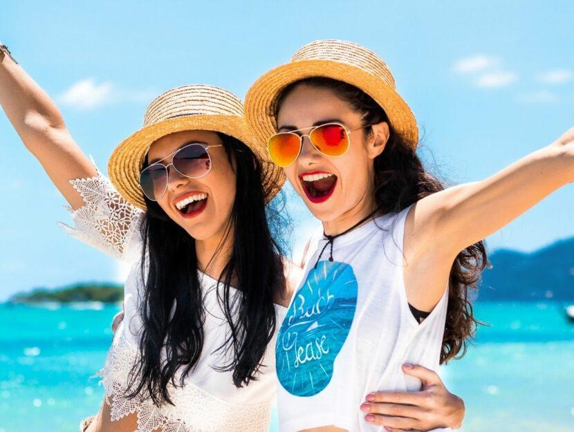 Due ragazze al mare insieme
