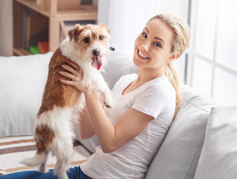 Ragazze felice con il suo cane