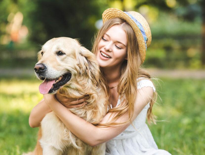 Donna al parco con il cane