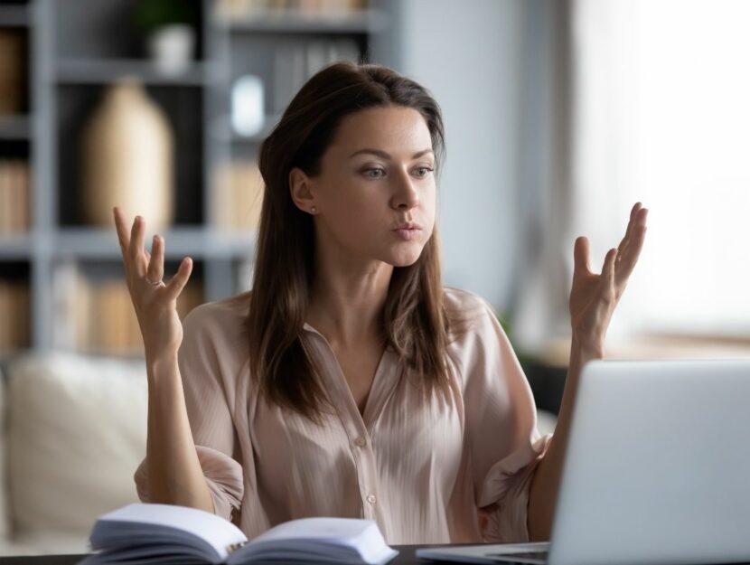 donna arrabbiata al computer, colleghi di lavoro difficili