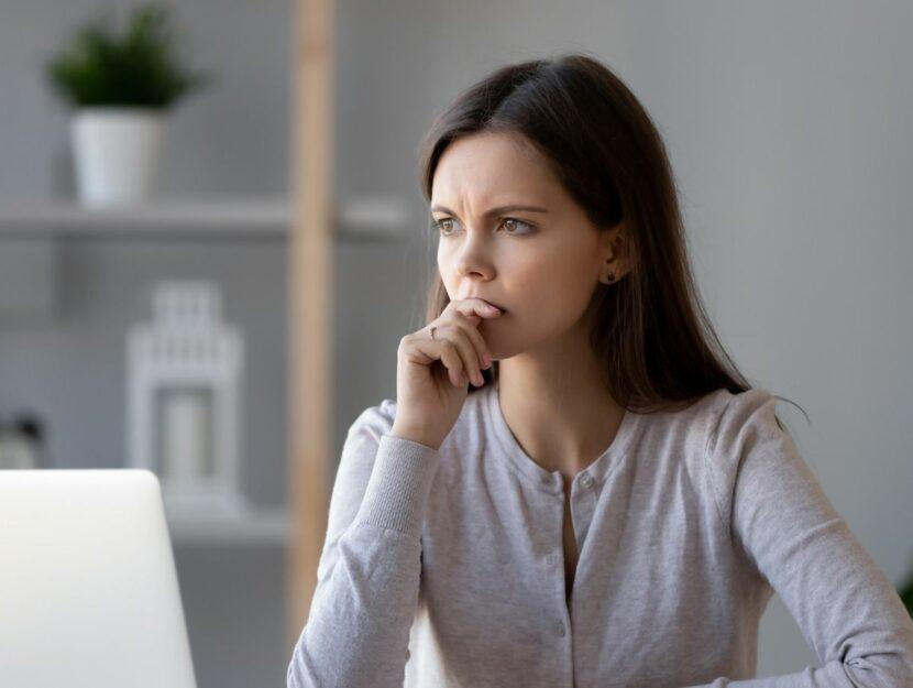 crisi sul lavoro, donna che pensa, pc
