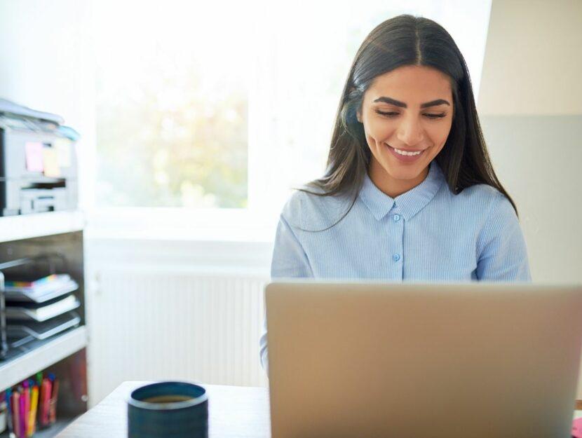donna al pc, chiedere aiuto a un collega