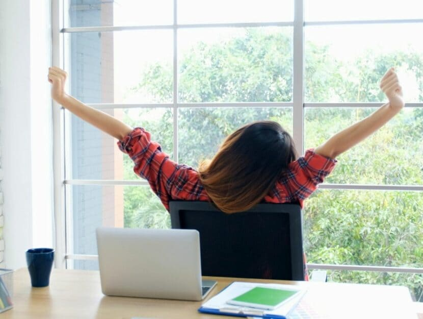 donna che si rilassa alla scrivania, diritto alla disconnessione