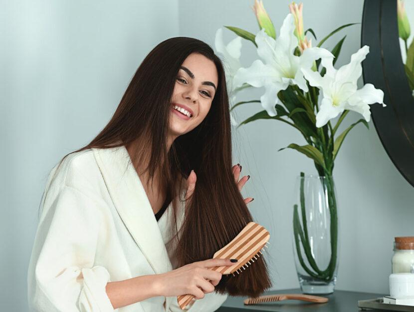Donna si spazzola i capelli lunghi