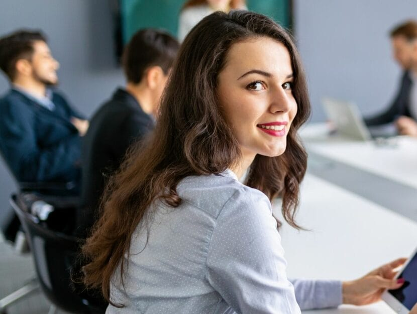 donna al lavoro che sorride
