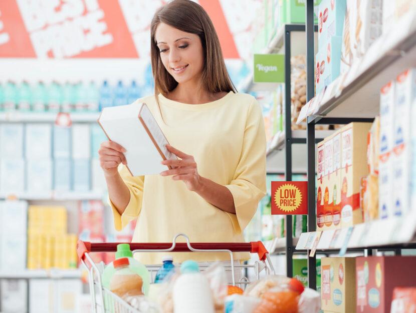 donna fa spesa al supermercato