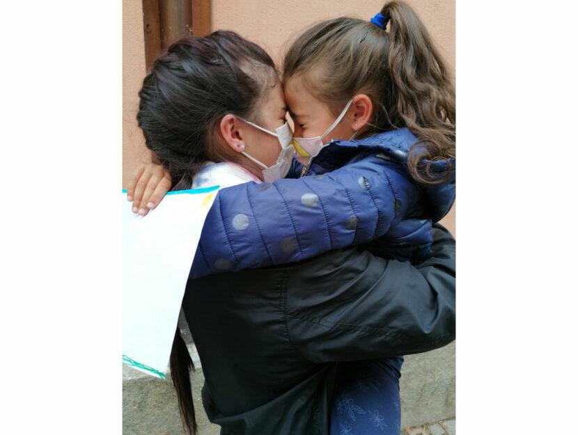 L'incontro tra le sorelline di Cuneo dopo 11 mesi di lontananza