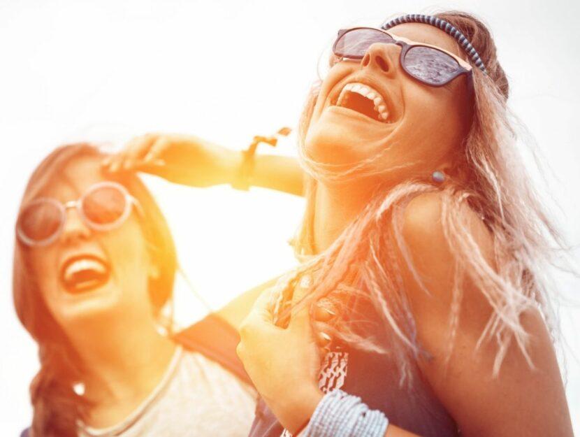 due amiche che ridono insieme