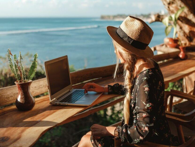 prepararsi alle ferie, ragazza al laptop, paesaggio di mare