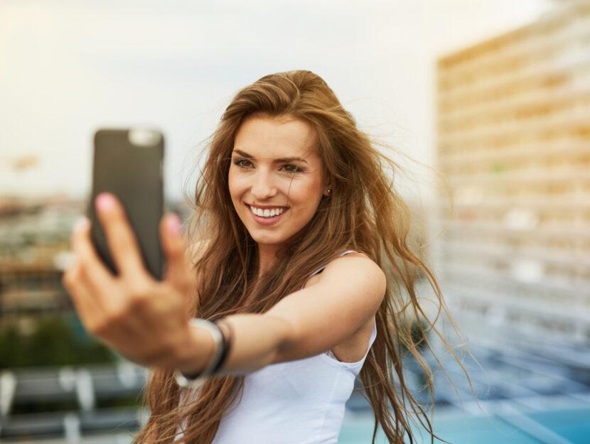 Ragazza si scatta un selfie