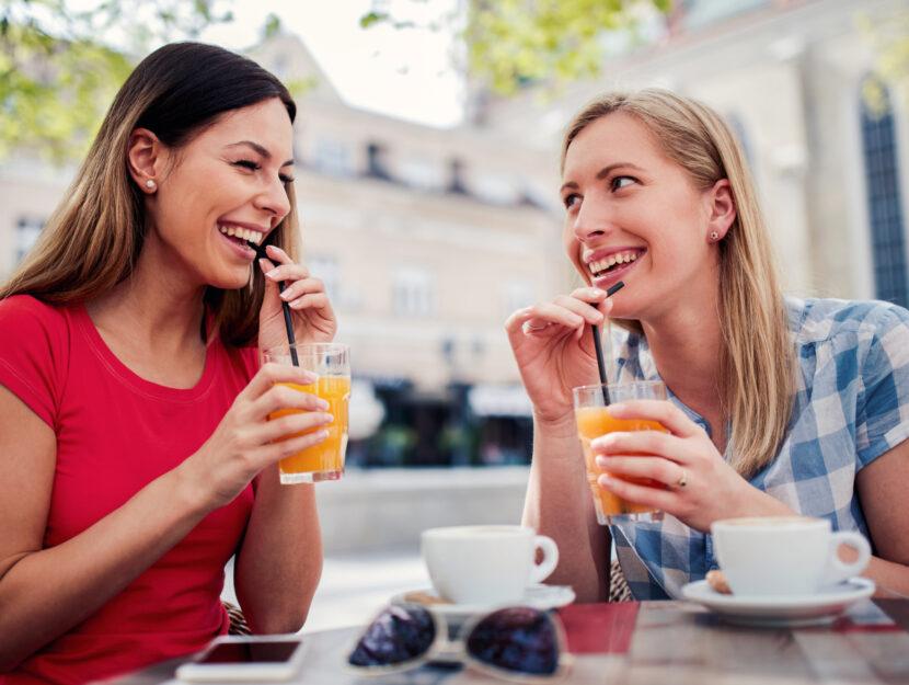 Amiche che si trasmettono positività e gioia