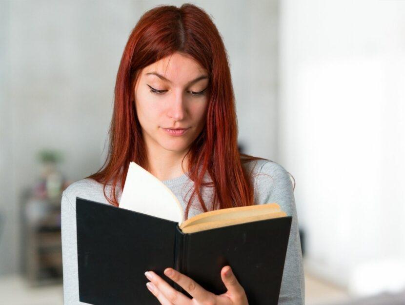 Donna sta leggendo un libro