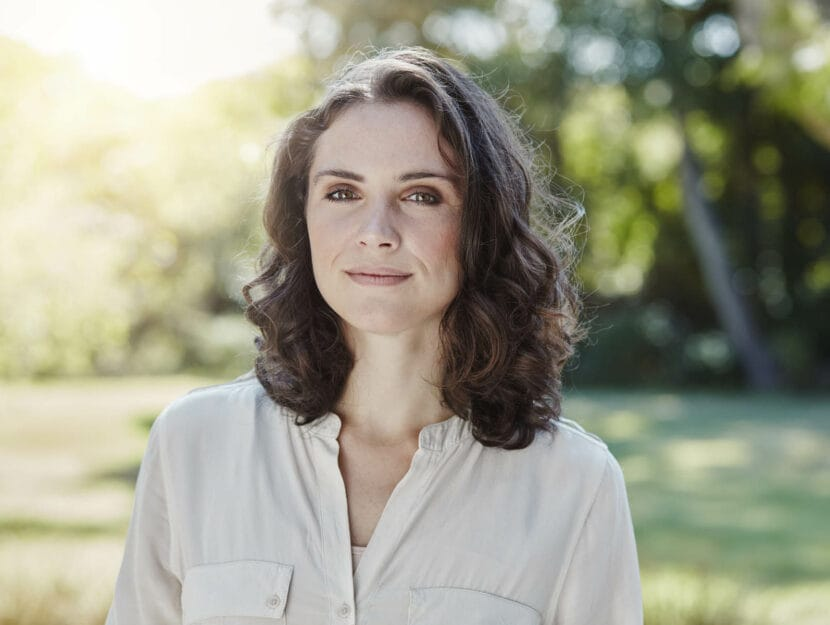 Donna prato alberi