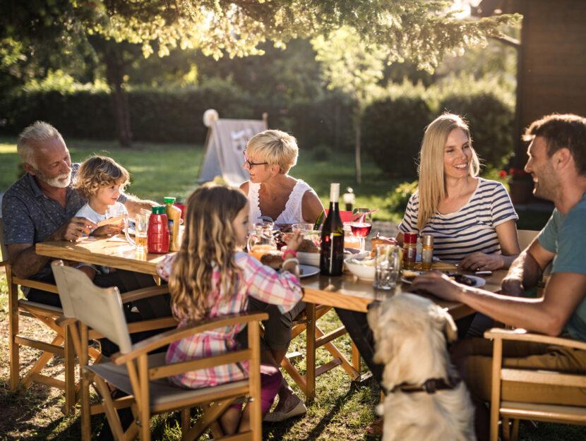 Famiglia cena aperto estate