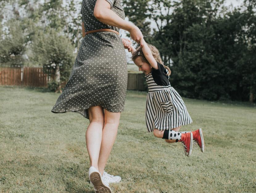 Madre e figlia estate prato