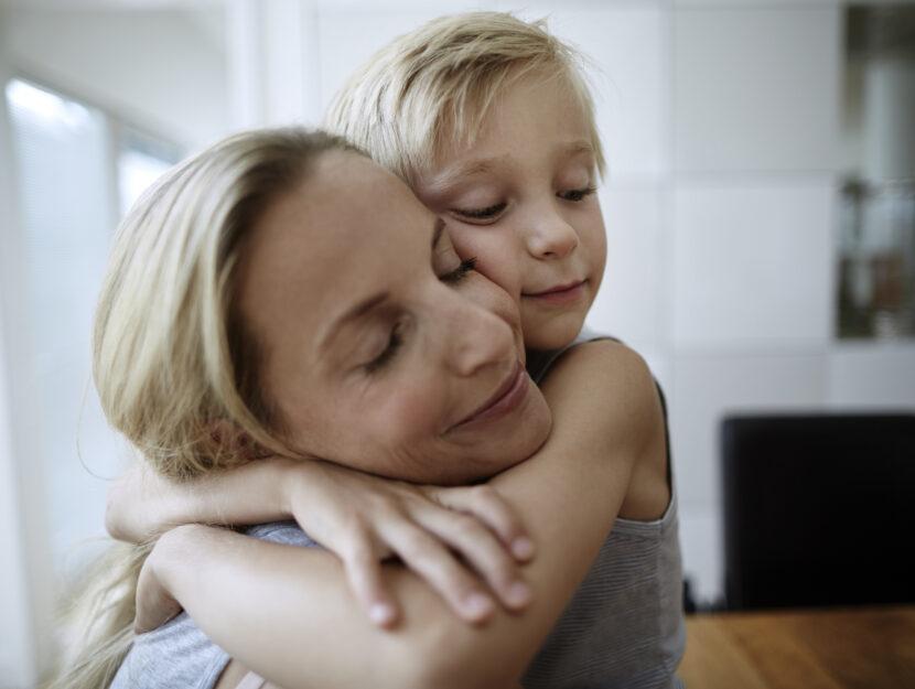 Madre figlio abbraccio
