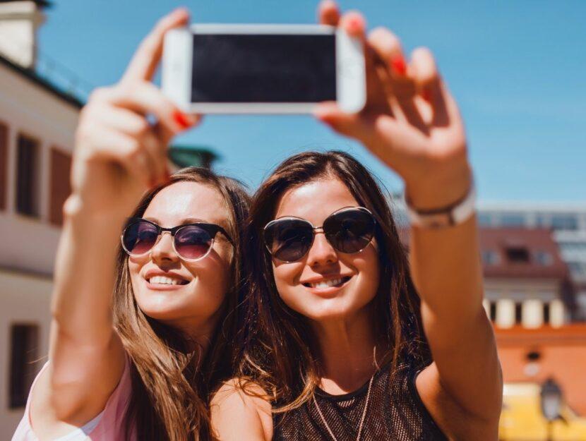 Amiche fanno selfie per Instagram