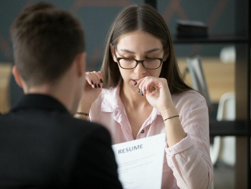 donna al colloquio si mangia le unghie, è in difficoltà, domande spinose al colloquio di lavoro