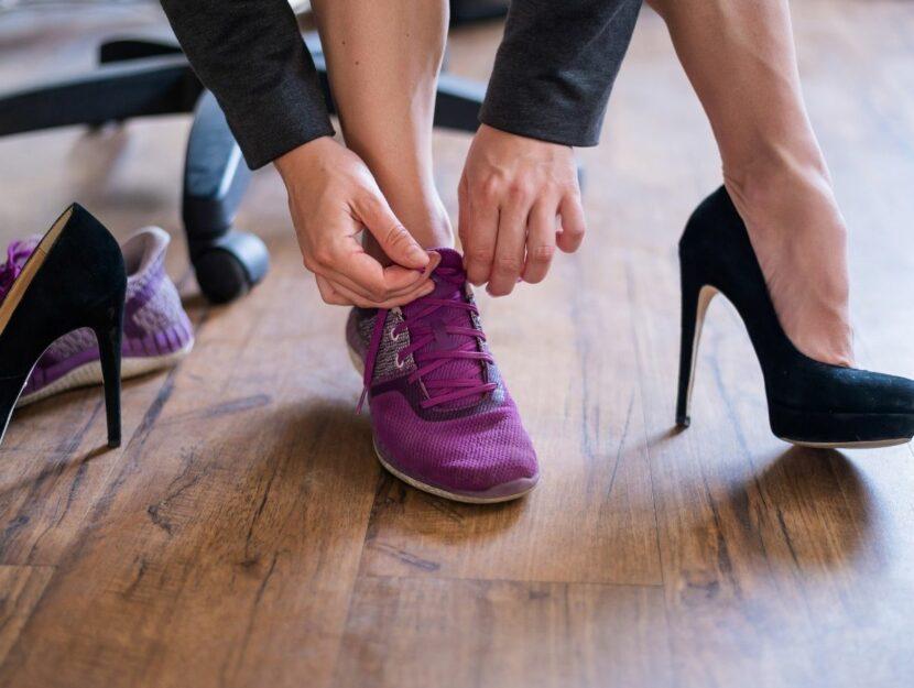 donna si cambia le scarpe in ufficio, cambiamenti sul posto di lavoro