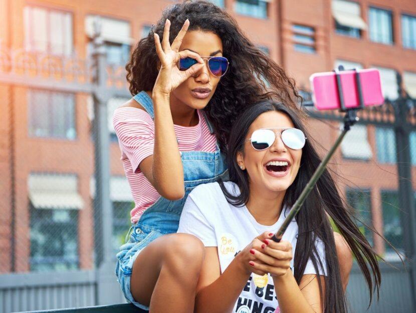 ragazze con selfie stick, fotografie in vacanza