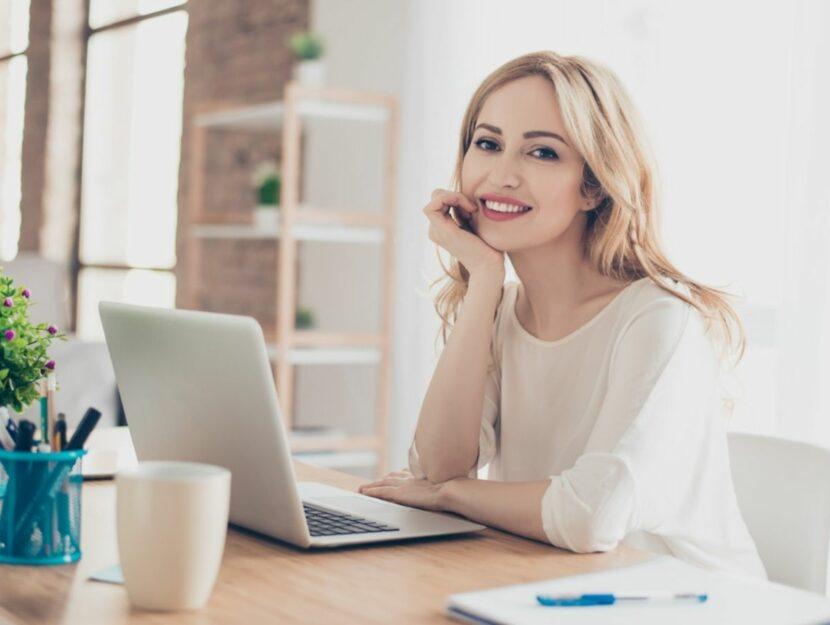 Donna che sorride al PC