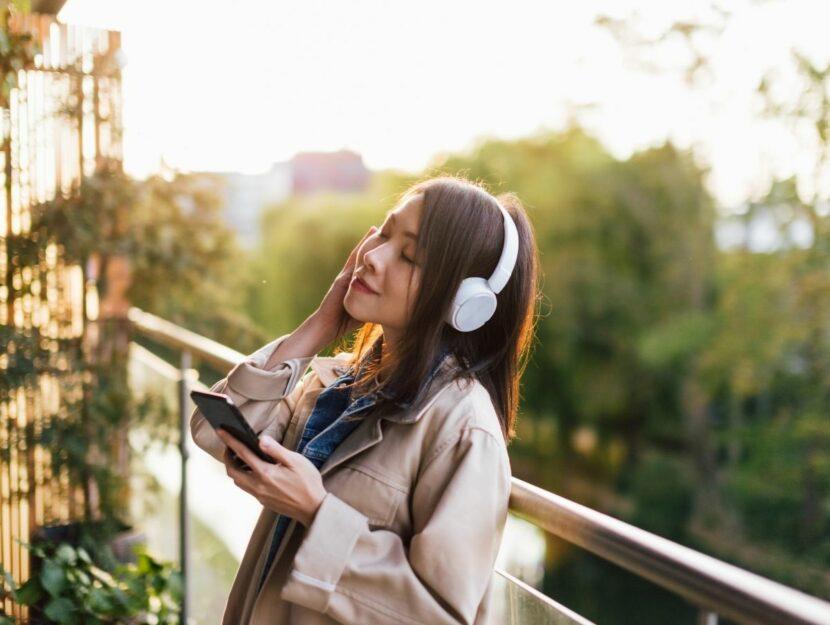 ragazza che si rilassa con smartphone e natura, app sulle emozioni