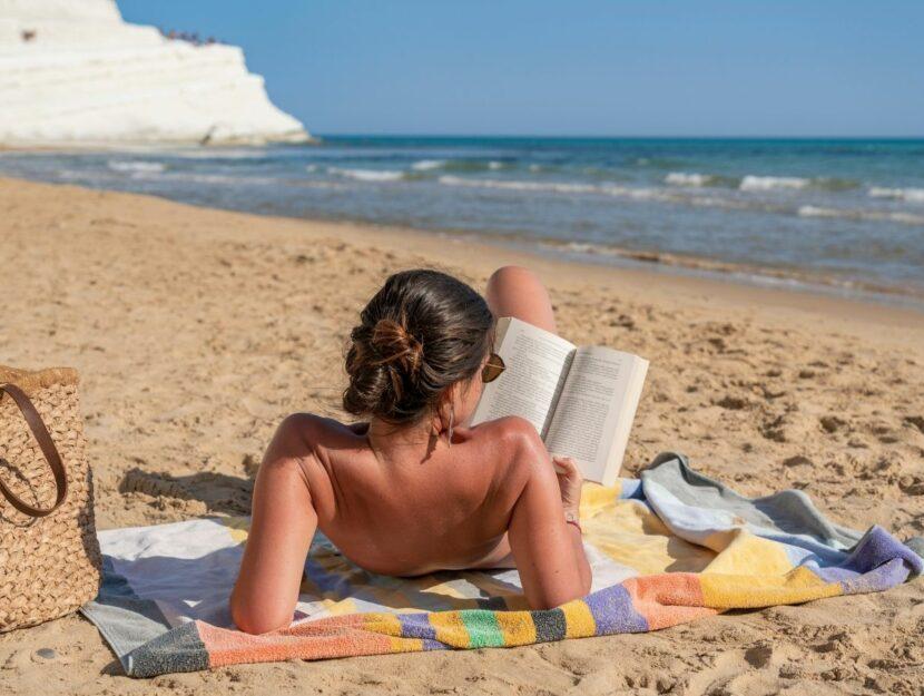 ragazza che legge in spiaggia, romanzi storici
