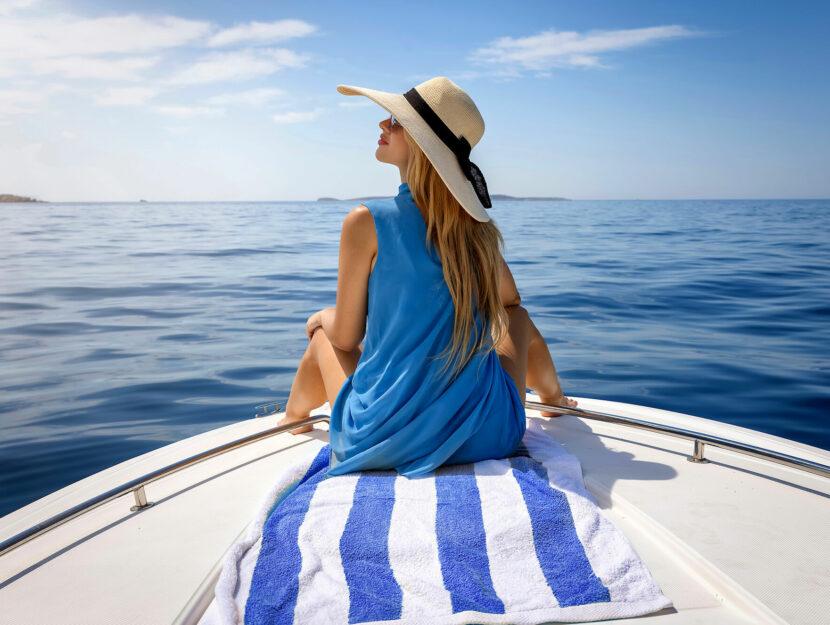 Ragazza mare cappello barca
