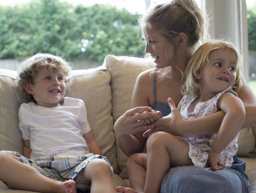 Baby sitter bambini su divano