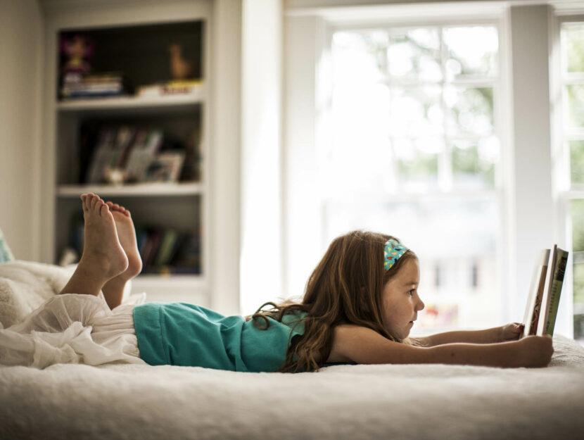 Bambina legge a letto
