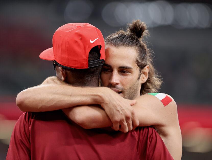Gianmarco Tamberi e Mutaz Essa Barshim si abbracciano dopo aver vinto la medaglia d'oro nel salto in