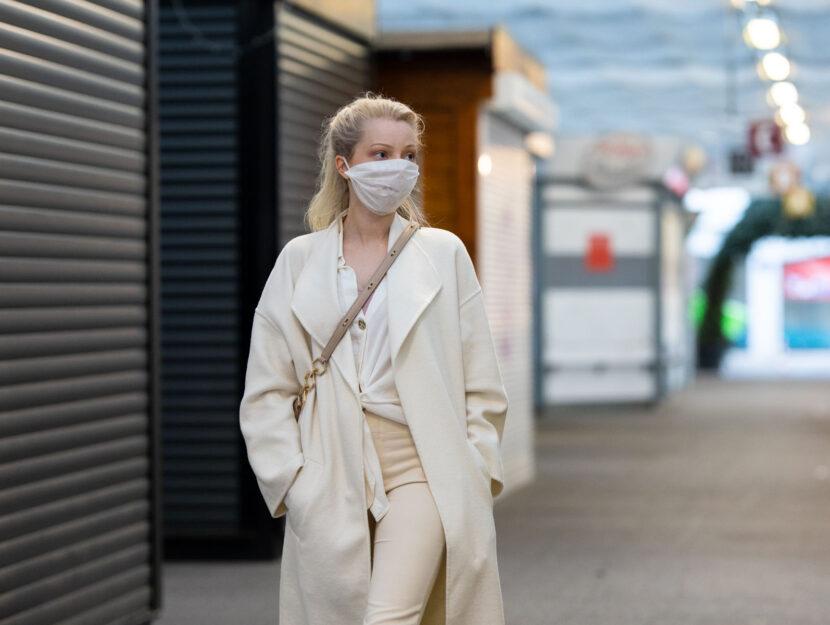 Ragazza mascherina covid strada