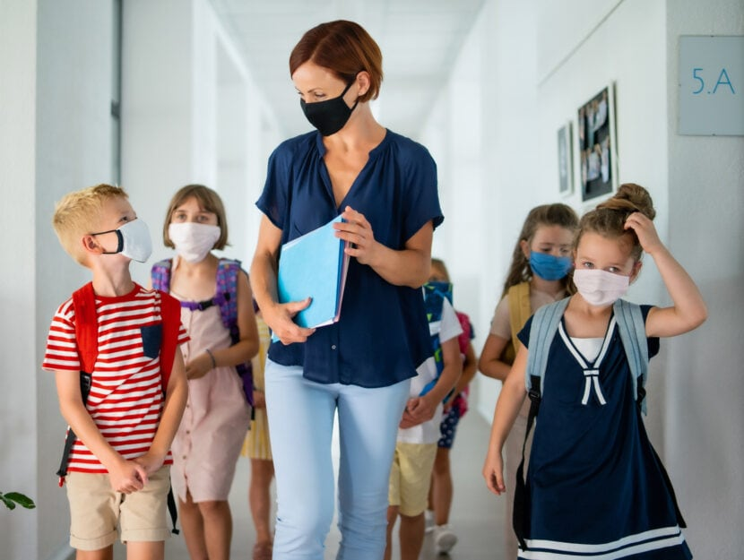 Scuola bambini insegnante mascherina