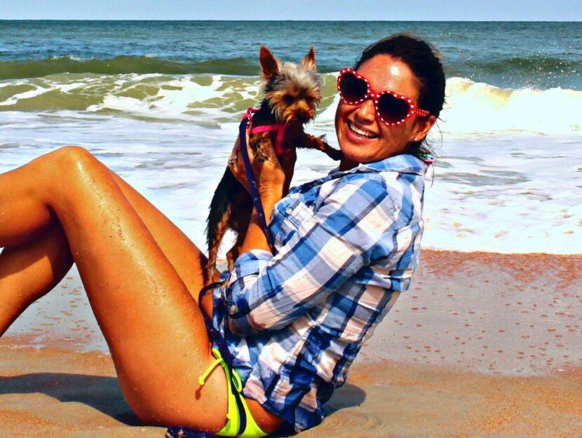 Ragazza in spiaggia con il suo cane