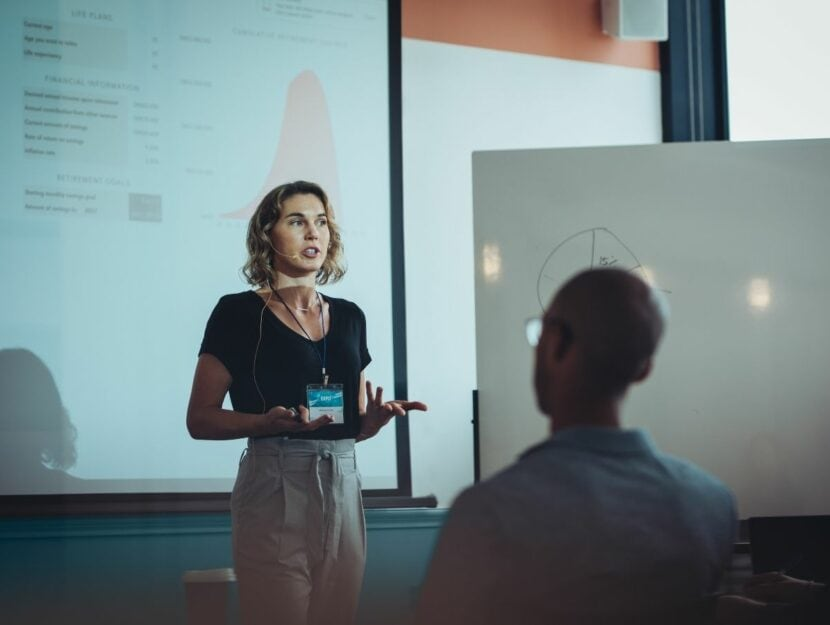donna che presenta un progetto, consigli per una presentazione efficace