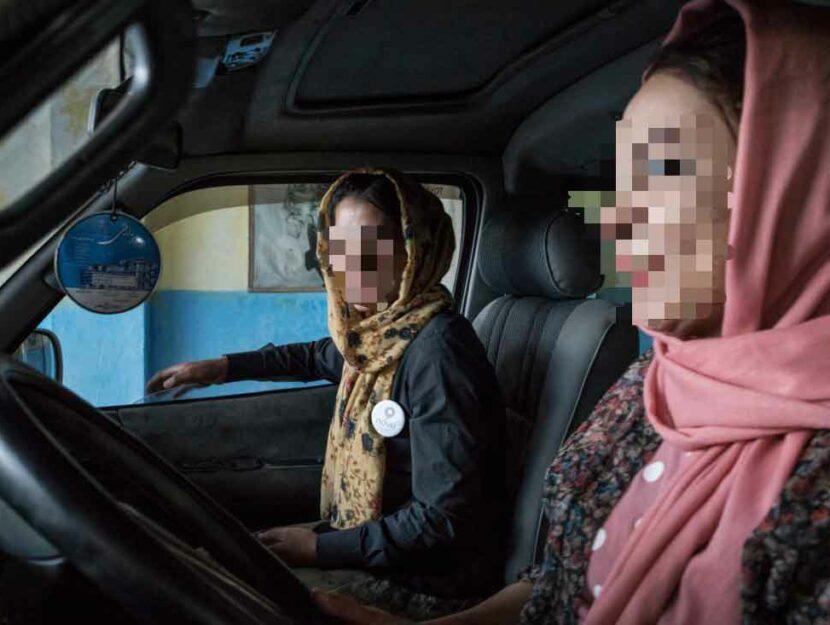 Due tra le giovani donne appena arrivate in Italia grazie al progetto Pink Shuttle, i taxi per le do