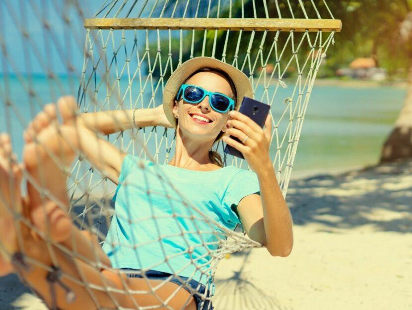 Ragazza che si rilassa in spiaggia