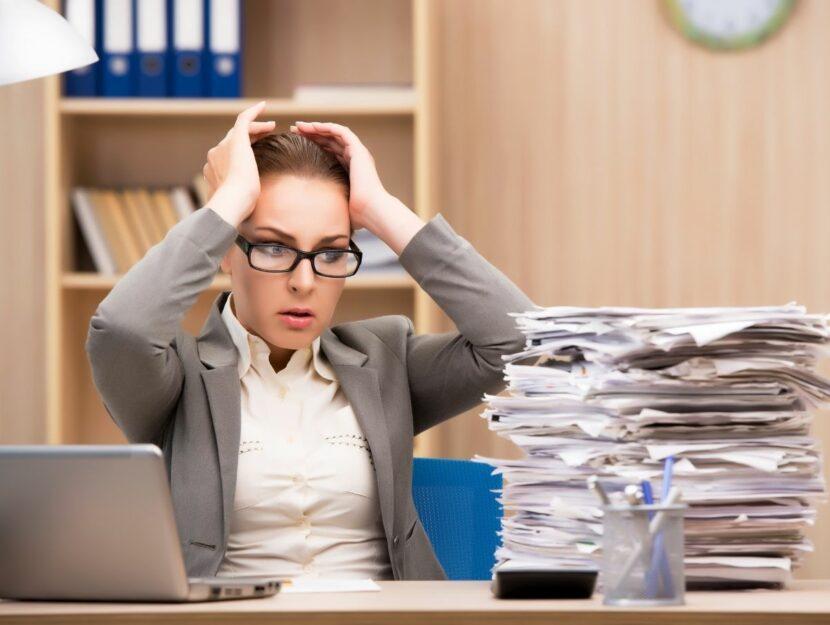 errori sul lavoro, donna stressata al lavoro