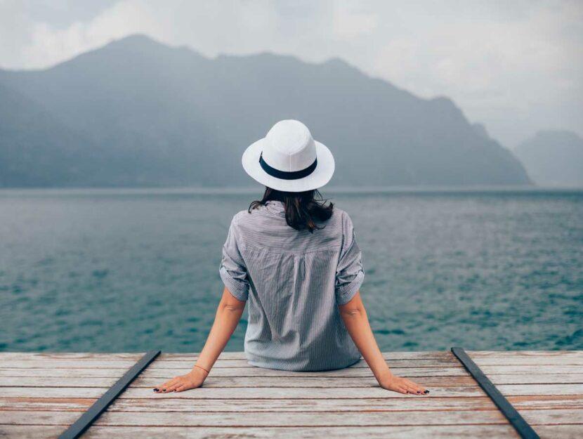 Ragazza al lago che guarda il panorama