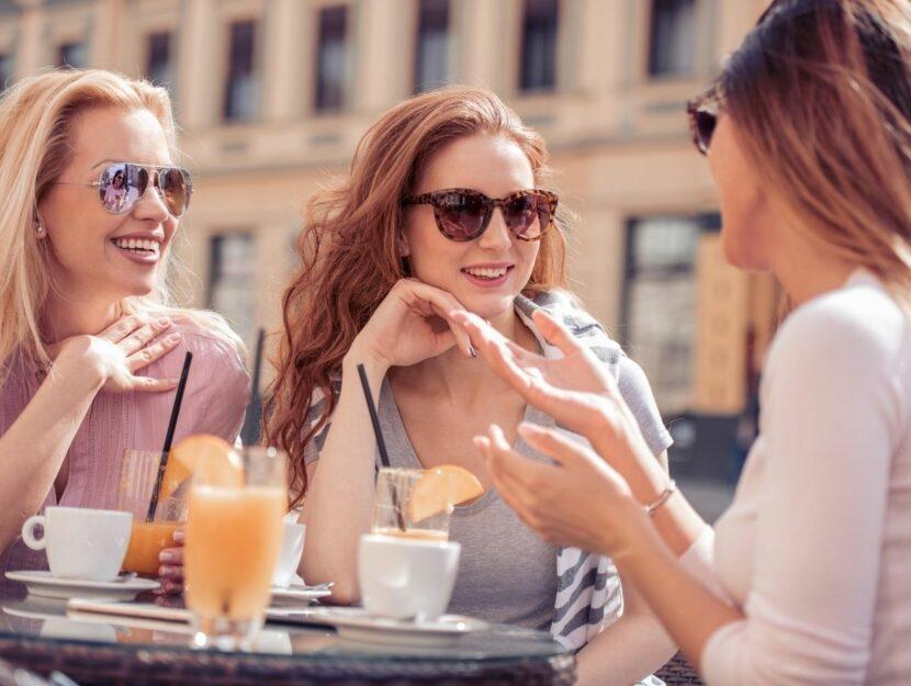 ragazze che chiacchierano al bar, amicizie