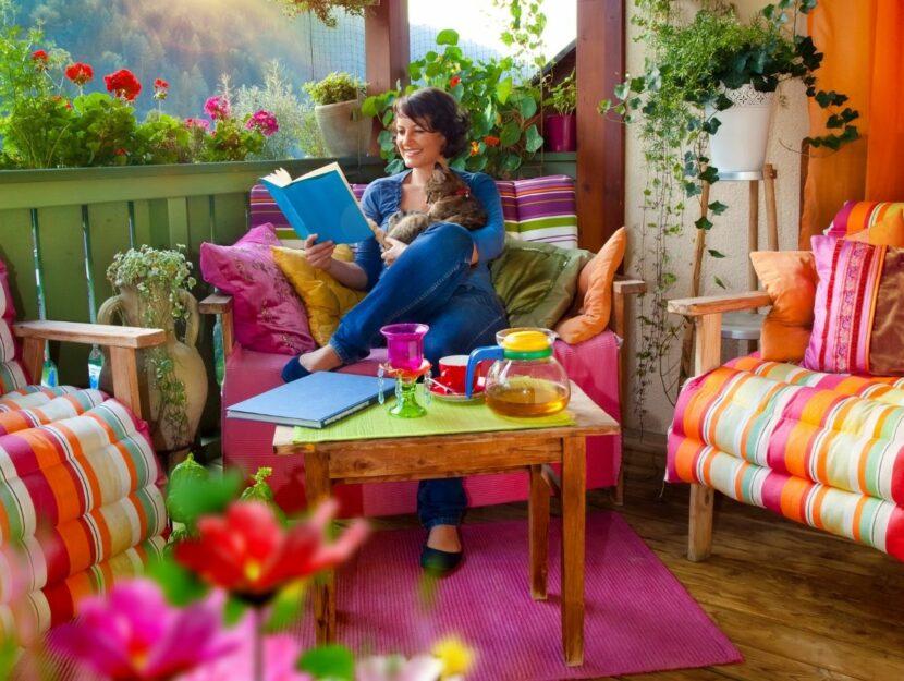 Donna in ambiente colorato